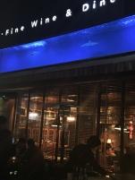 Au Resto Le Shark , il y a des requins dans l'aquarium ...