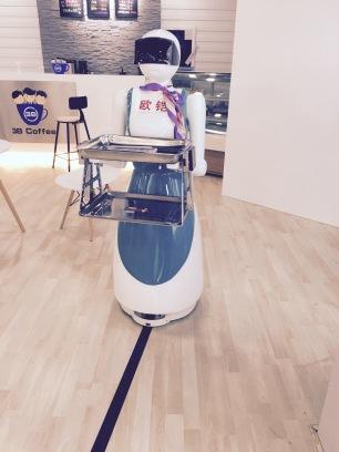 Ici c'est le robot qui sert le café !