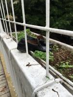 Je ne sais pas où est passé le propriétaire de ces chaussures mais c'est inquiétant ( photo prise d'un pont ...)
