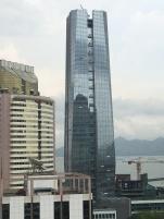 Oui , si vous regardez bien la tour , il y a des laveurs de vitres qui se balancent ...