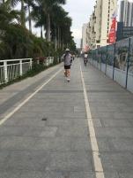 Oui , 30 º , courir avec un sweat bien épais , sa capuche et son caniche , c'est normal ici !