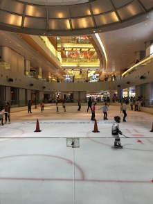Patinoire dans le centre commercial Holiday Plaza