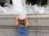 Devant la fontaine du Peninsula