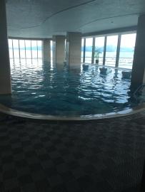 La piscine intérieure du Hilton ...
