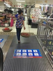 Marchande de litchis au marché des tissus