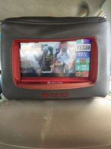 Envahis par les écrans ( ici dans l'appui tête du taxi )