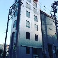 Un immeuble de la largeur de sa voiture ... c'est sûr , on est au Japon !